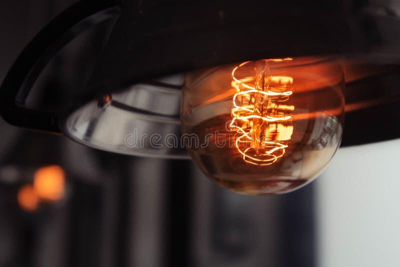 Close-upschot van een aangestoken grote lightbulb met een vage achtergrond royalty-vrije stock fotografie
