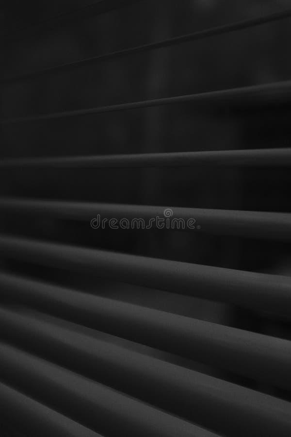 Close-upschot van een geopende jaloezie in zwart-wit stock afbeeldingen