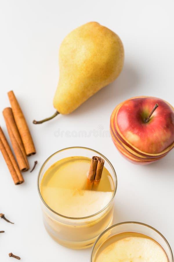 close-upschot van heerlijke gekruide cider met appel en peer stock afbeelding