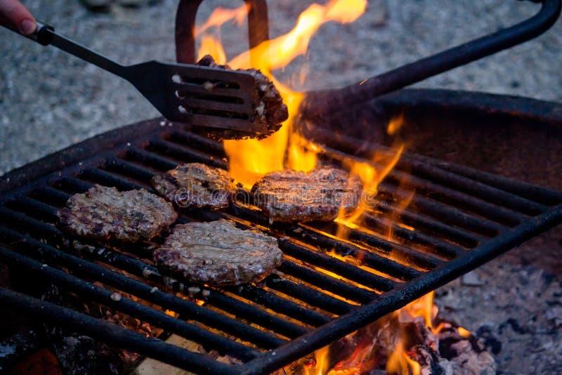 Close-upschot van het wegknippen van het vlees op de grill met vage achtergrond royalty-vrije stock afbeeldingen