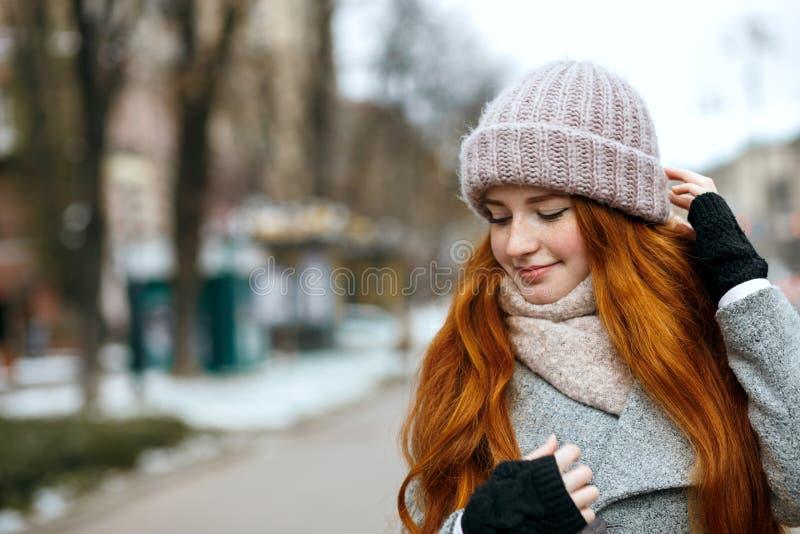 Close-upschot van mooie gembervrouw met lang haar die knitt dragen stock foto's