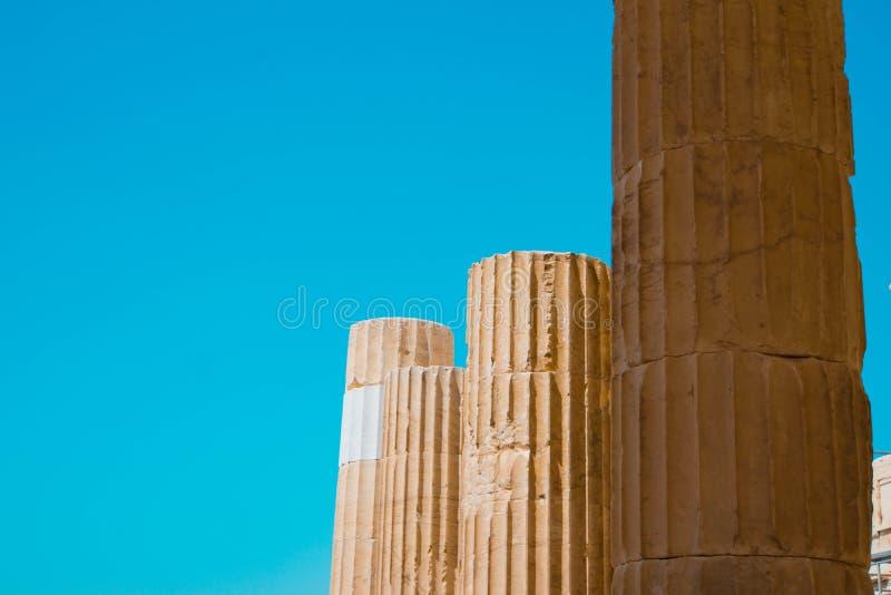 Close-upschot van oude beschadigde steenpijlers met een duidelijke blauwe achtergrond royalty-vrije stock afbeelding