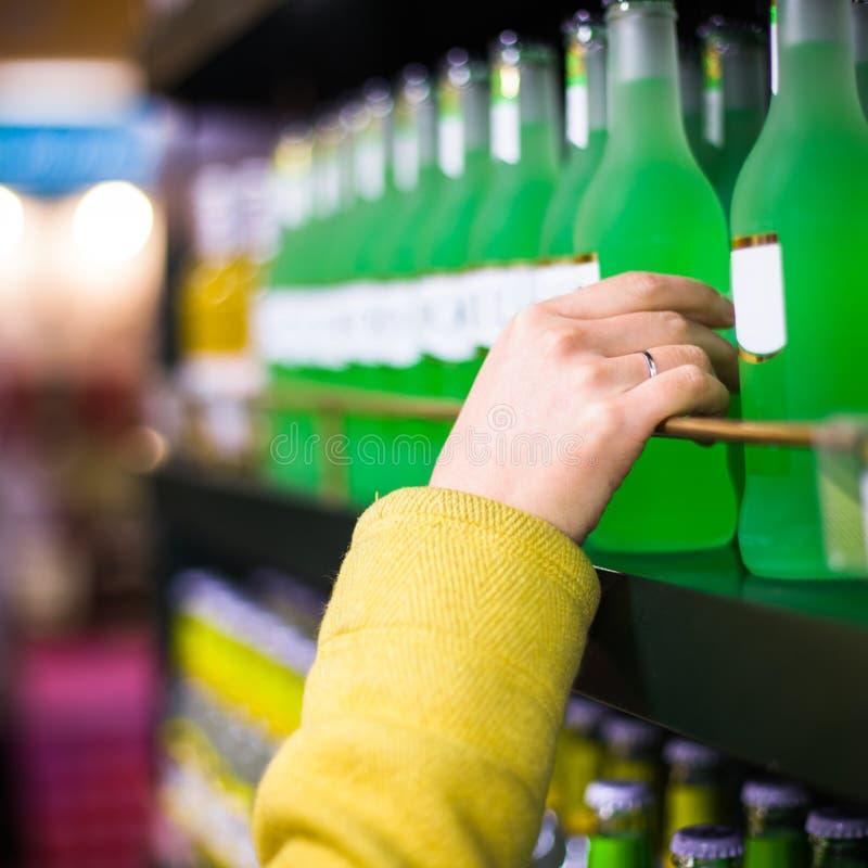 Close-upselectie van koopwaar in de supermarkt stock foto