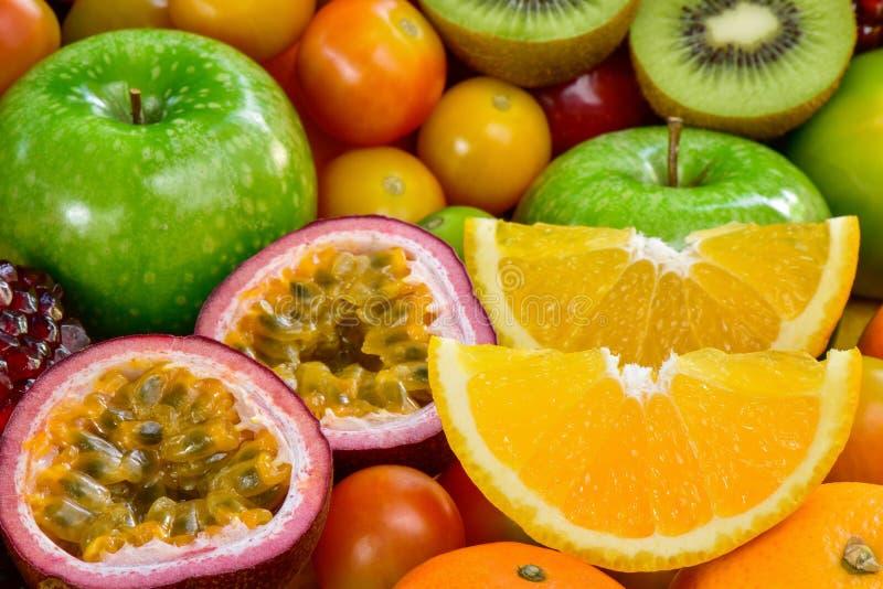 Close-upsinaasappel en hartstochts fuits plak met groep rijpe vruchten royalty-vrije stock afbeeldingen
