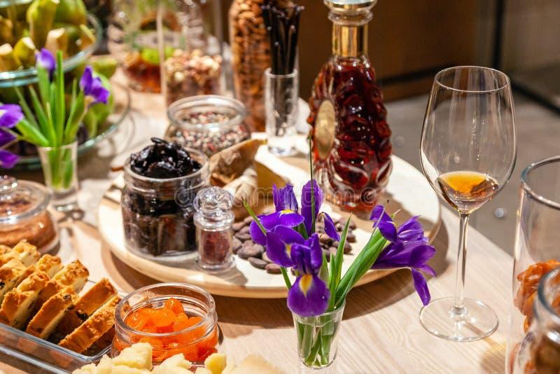 Close-upsnacks, verse en droge vruchten, de kaas van de stukkenparmezaanse kaas, honingraten, donkere chocolade, pijpjes kaneel,  royalty-vrije stock afbeelding