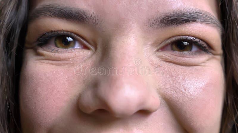 Close-upspruit van jong vrij Kaukasisch vrouwelijk gezicht met ogen die recht camera met het glimlachen gelaatsuitdrukking bekijk stock foto's