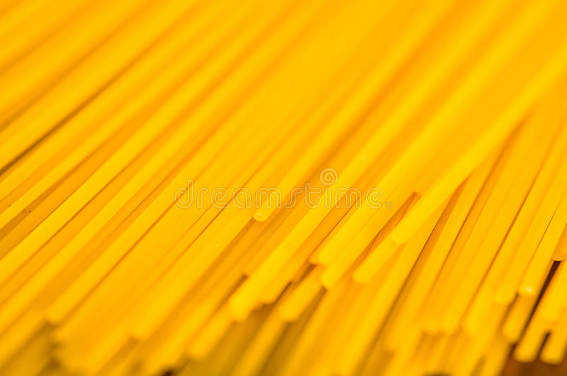 Close-upstapel van droge spaghetti, gele kleur en groot detail royalty-vrije stock fotografie