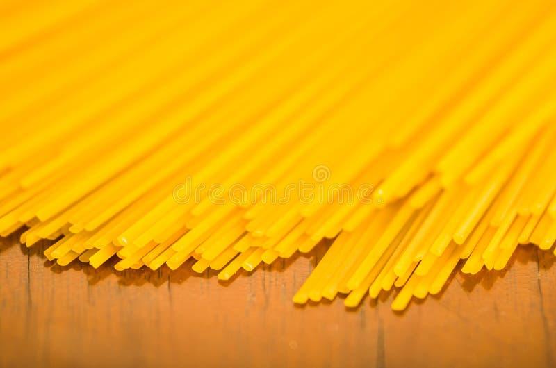 Close-upstapel van droge spaghetti, gele kleur en groot detail royalty-vrije stock afbeelding