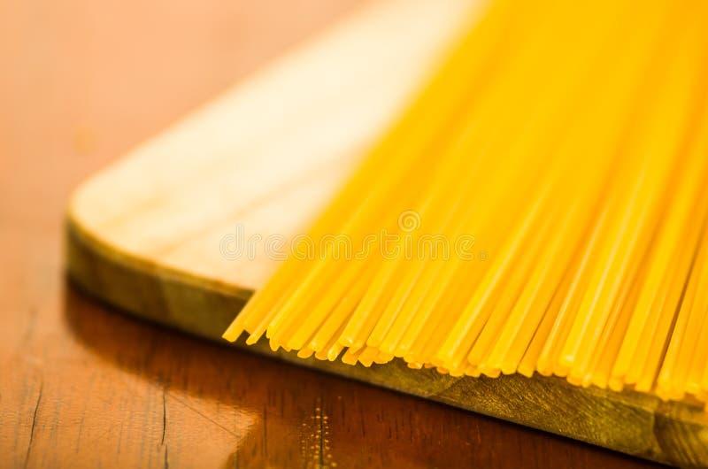 Close-upstapel van droge spaghetti, gele kleur en groot detail royalty-vrije stock afbeeldingen