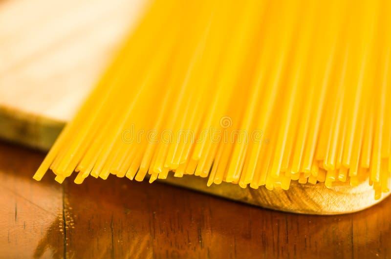 Close-upstapel van droge spaghetti, gele kleur en groot detail stock afbeeldingen