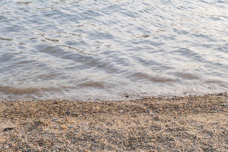 Close-upstrand van zoetwatermeer met water geweven achtergrond in avond royalty-vrije stock foto