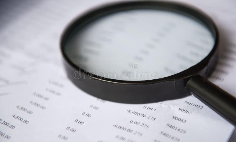 Close-upvergrootglas met financiën bedrijfsblad royalty-vrije stock foto's
