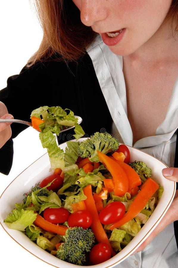 Close-upvrouw die salade eten stock foto