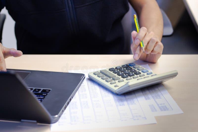Close-upzakenman die calculator en conmputer laptop voor c met behulp van stock foto's