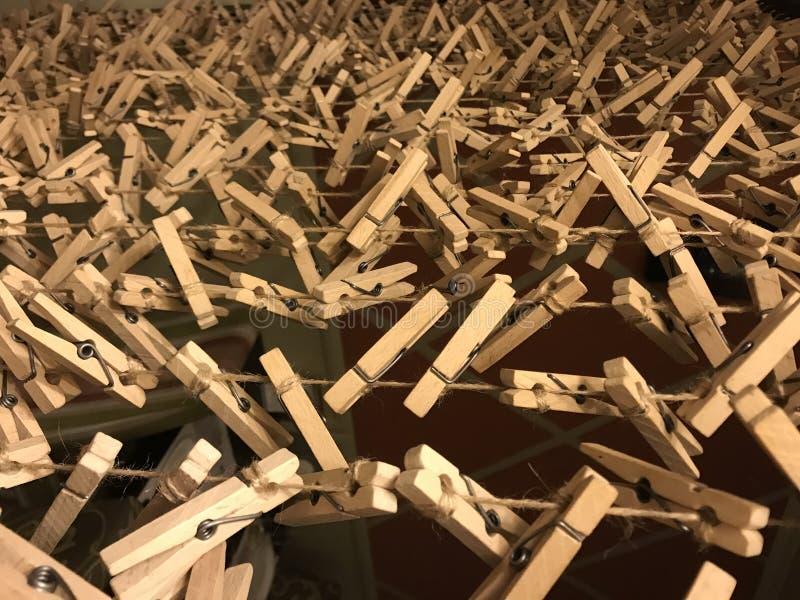 Closespins en bois de crinière images stock