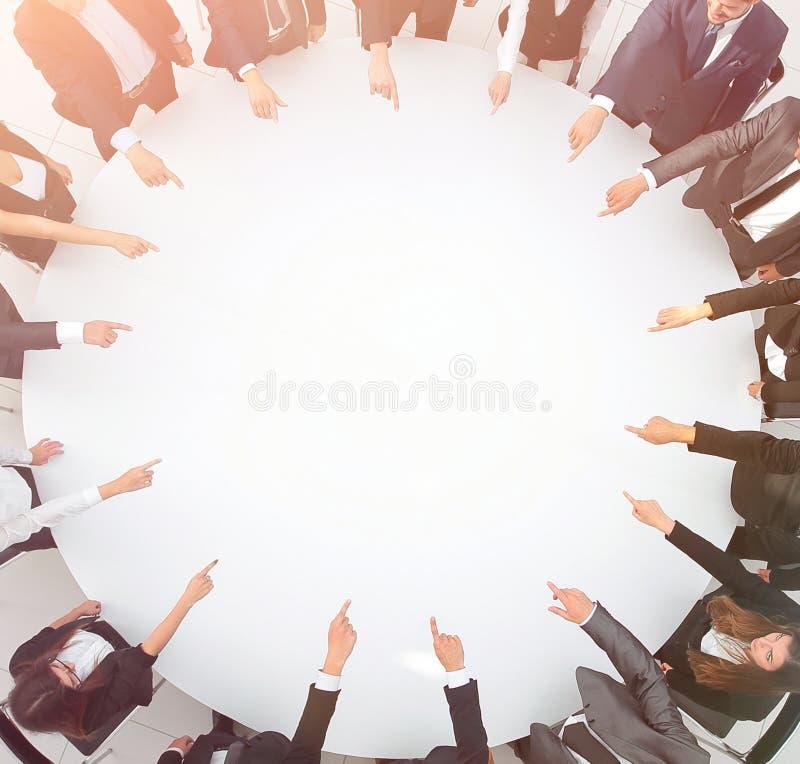 closeup équipe d'affaires se dirigeant au centre de la table photos stock