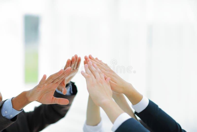 closeup Équipe d'affaires se donnant de hauts cinq images libres de droits