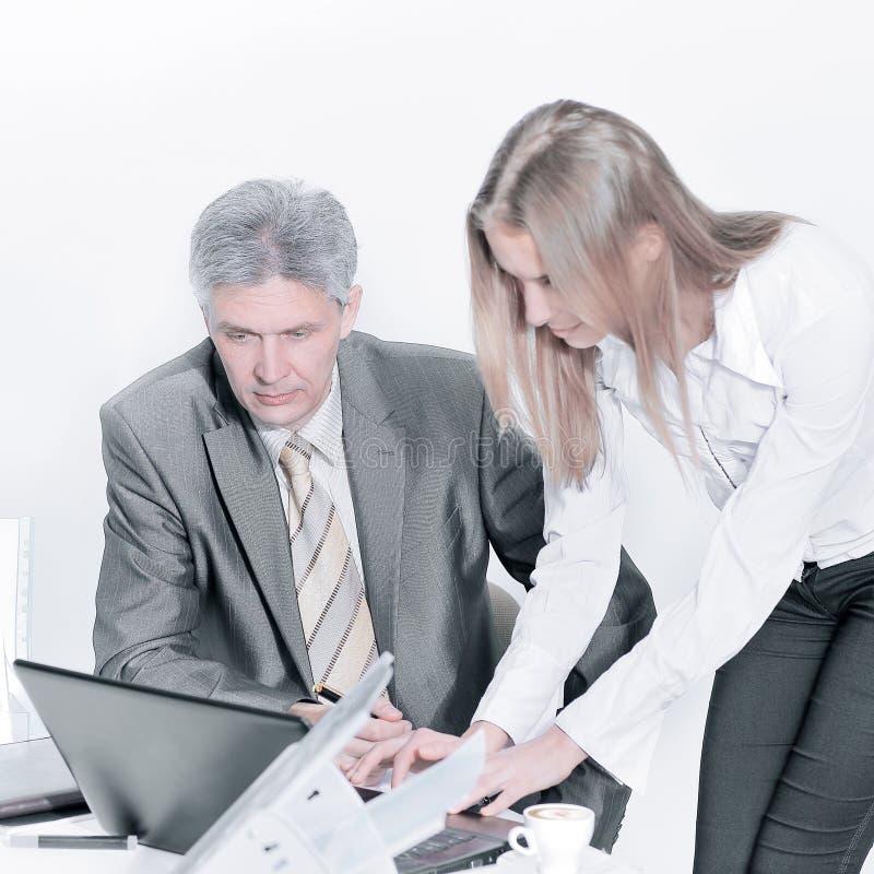 closeup οι υπάλληλοι επιχείρησης ` s για να συζητήσει τα επιχειρησιακά ζητήματα στοκ φωτογραφία με δικαίωμα ελεύθερης χρήσης