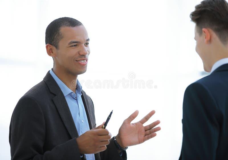 closeup ο επιχειρηματίας και ο υπάλληλος που συζητούν τα ζητήματα εργασίας στοκ φωτογραφία