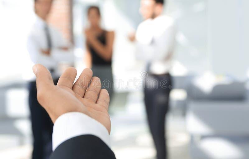 closeup бизнесмен держа вне руку для рукопожатия стоковое изображение rf