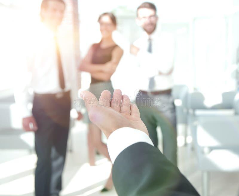 closeup бизнесмен держа вне руку для рукопожатия стоковые изображения