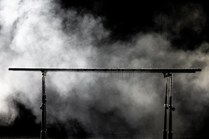 closeup запирает гимнастическую параллель на черной предпосылке с туманом, стоковое изображение rf