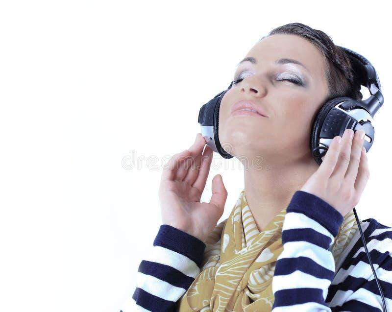 closeup красивейшее слушая нот к детенышам женщины стоковые фото