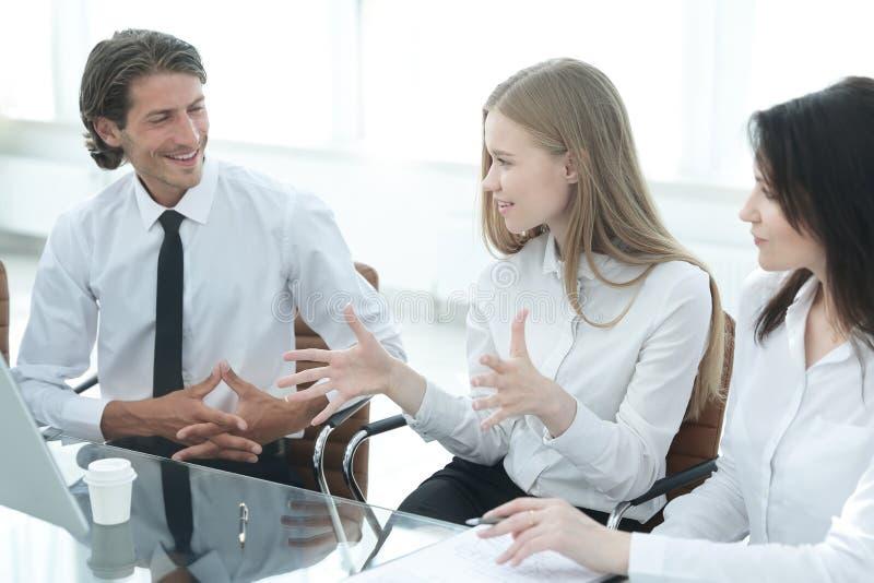 closeup молодая бизнес-леди разговаривая с коллегами черной сыгранность принципиальной схемы 3d изолированная иллюстрацией стоковое изображение
