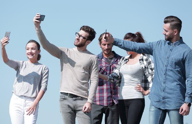 closeup сегодняшние молодые люди принимают selfies стоковые фото