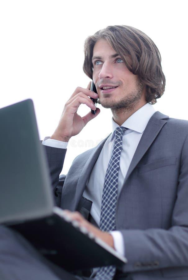 closeup серьезная коммерсантка говоря на смартфоне стоковое изображение