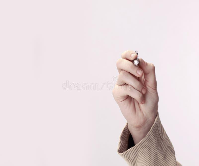 closeup affärsman som visar en penna på en faktisk punkt isolerat royaltyfria bilder