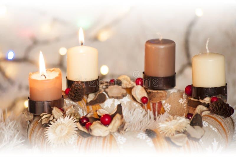 Closeup av Adventkransen med två brinnande stearinljus och julljus i bakgrund arkivbild