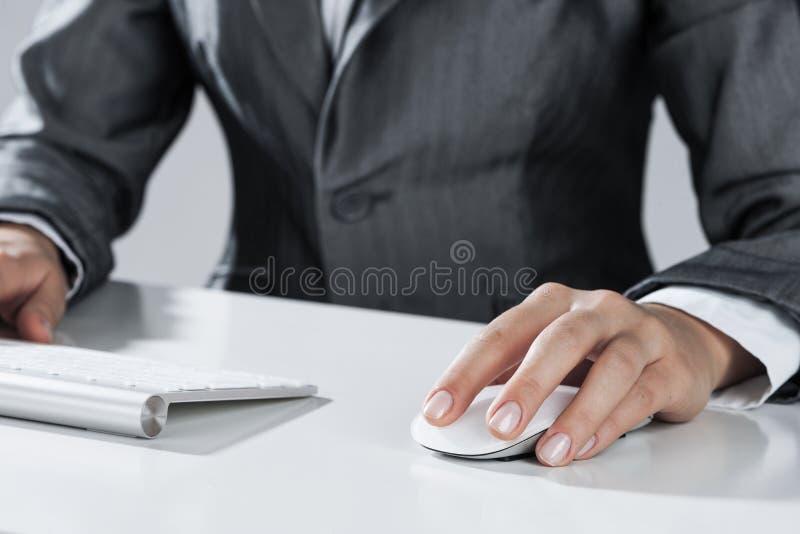 Closeup av affärskvinnahandmaskinskrivning på tangentbordet med musen på w arkivbilder