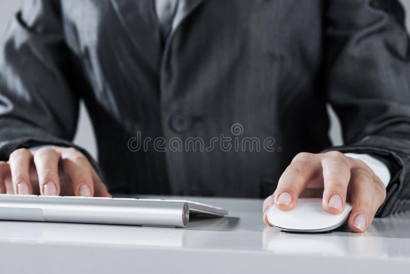 Closeup av affärskvinnahandmaskinskrivning på tangentbordet med musen på w arkivfoto