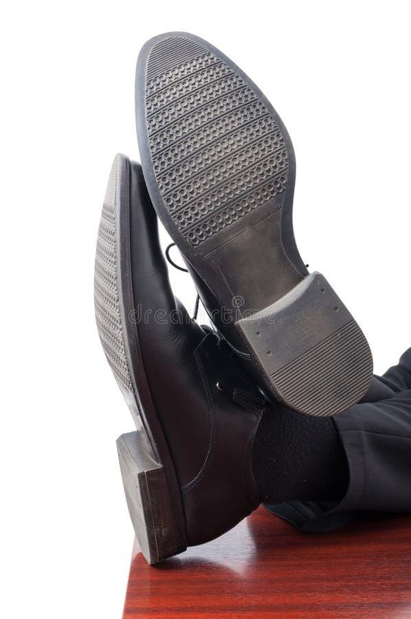 Closeup av affärsmanfot med läderskor royaltyfri foto