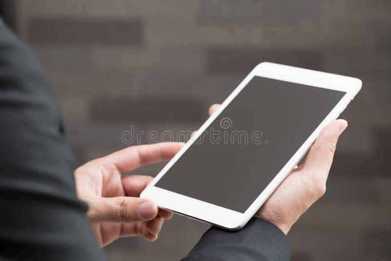 Closeup av affärsmannen som rymmer den digitala minnestavlan med den tomma skärmen arkivfoton