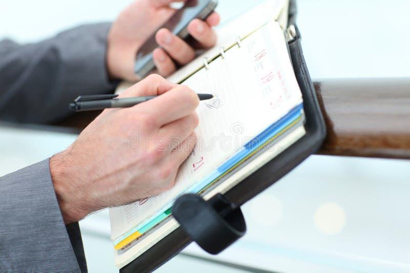 Closeup av affärsmans dagordning royaltyfria bilder