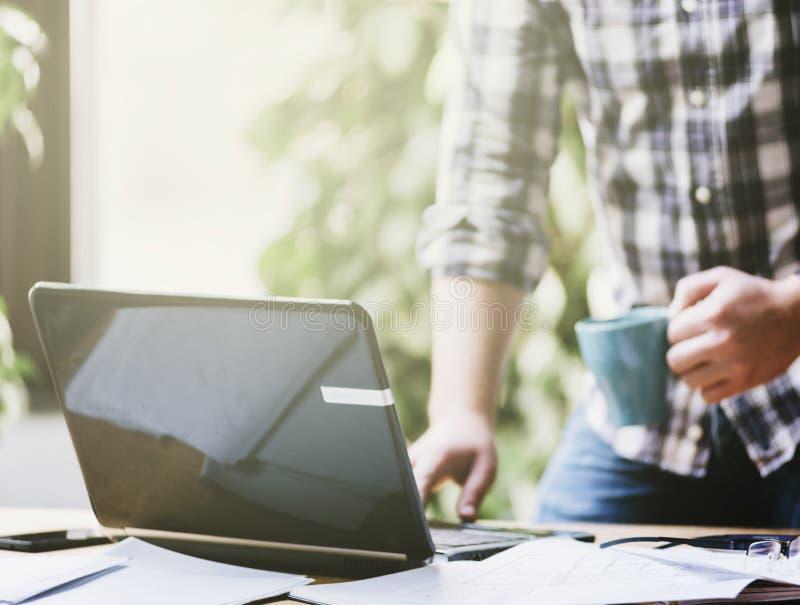 Closeup av arbete för affärsman på datoren arkivfoto