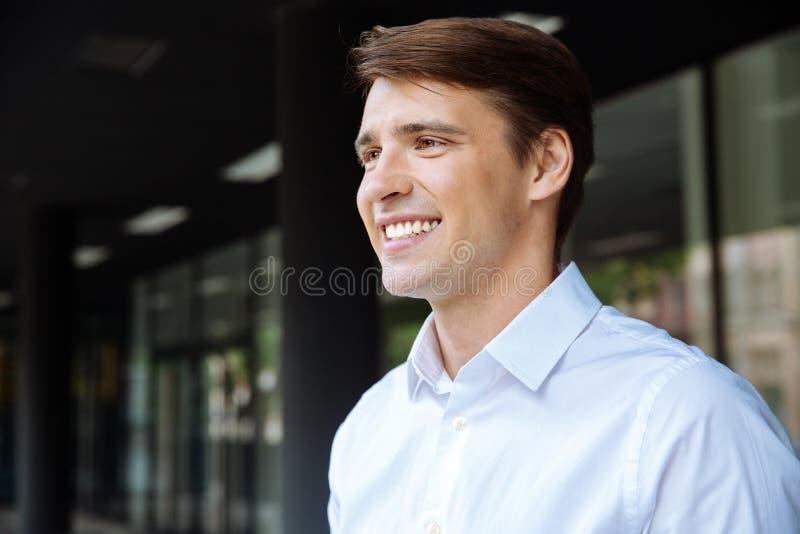 Closeup av att le den stiliga unga affärsmannen arkivbild
