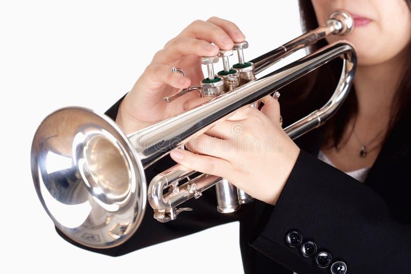 Closeup av att spela för trumpetspelare arkivbild