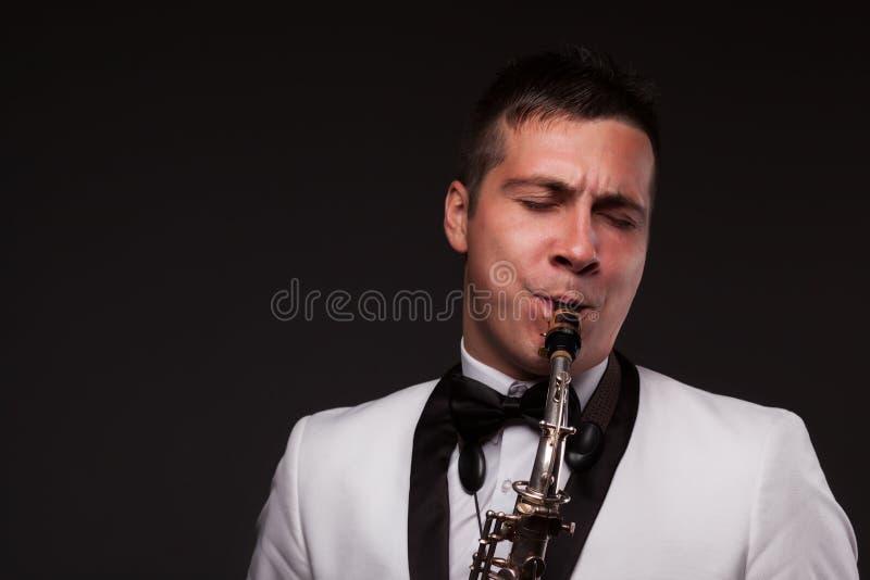 Closeup av att spela saxofonisten arkivfoto
