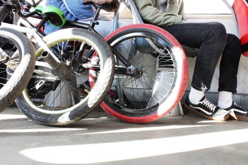 Closeup av att springa cykeln i trasport Foots i gymnastikskor aktiv livsstil Solstr?lar royaltyfri fotografi