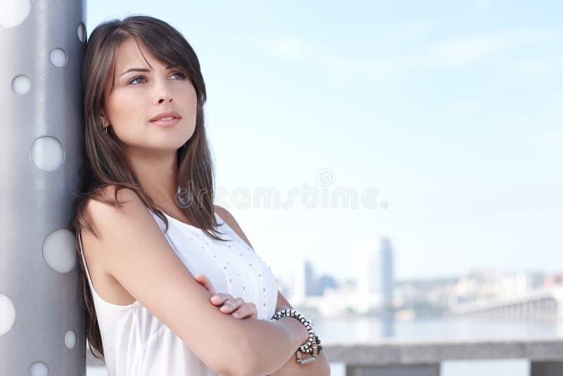 Closeup av att tänka den unga kvinnan utomhus arkivbild