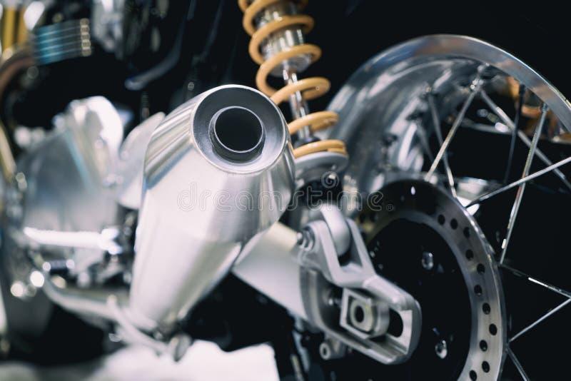 Closeup av avgasrör eller intag av den tävlings- motorcykeln Pho för låg vinkel royaltyfria foton