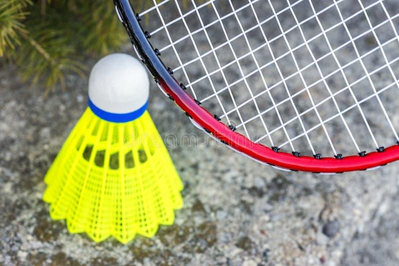 Closeup av badmintonrachet och den gula fjäderbollen för neon, sportar royaltyfria foton