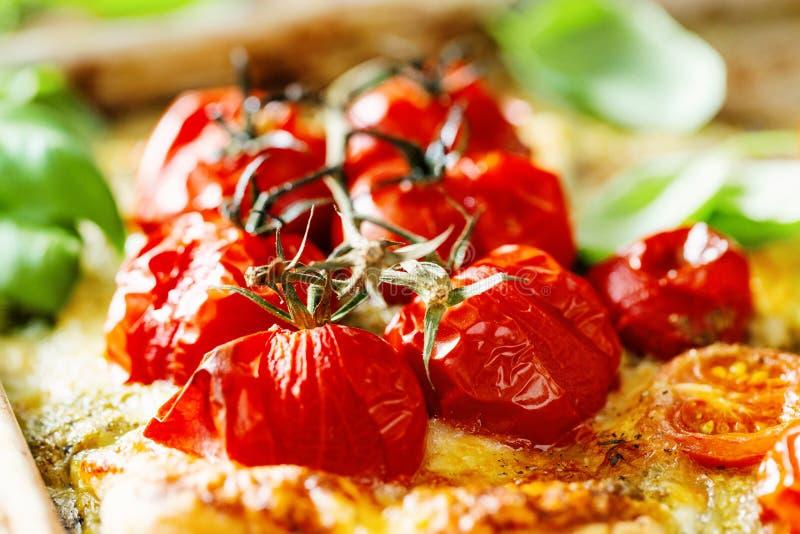Closeup av bakade tomater på pajen arkivbild