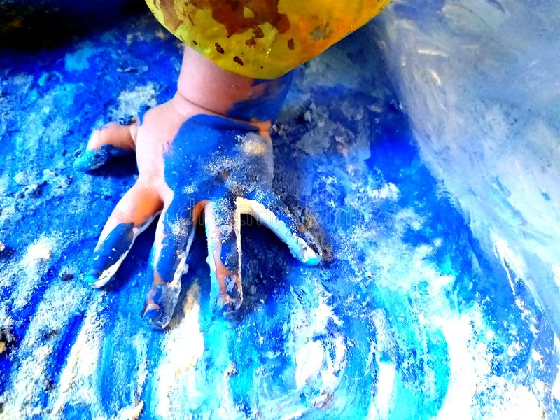 Closeup av barnhänder som målar under en skolaaktivitet - lära vid att göra, utbildning och konst, konstterapibegrepp arkivfoton