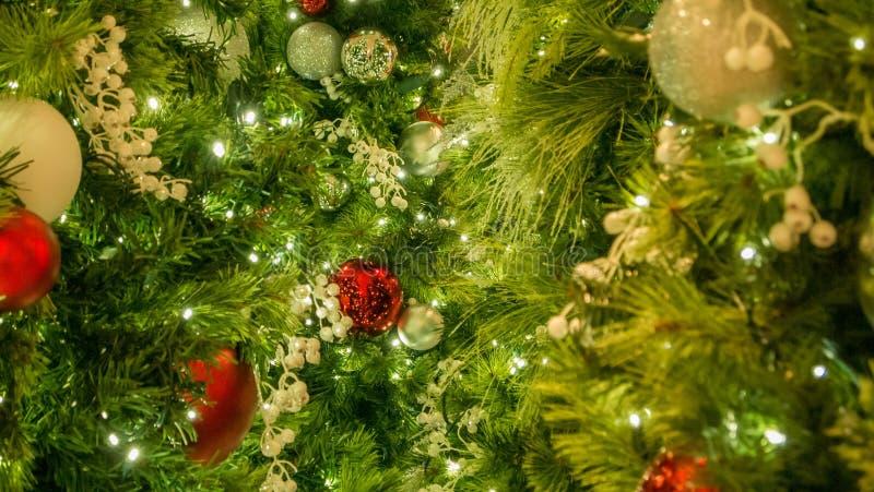 Closeup av blandade julprydnader på träd med ljus i ram arkivbild