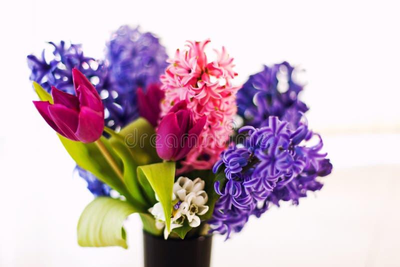Closeup av blommor i vas arkivfoton