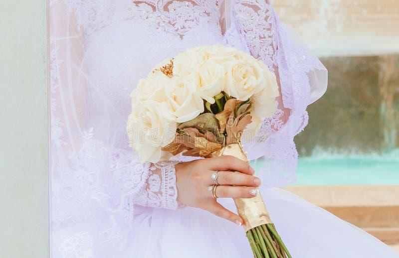 closeup av brud- par för händer med vigselringar på naturbakgrund royaltyfri foto